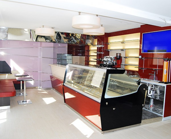 Vetrina Kuadra all'interno del bar Eis Cafè Gino