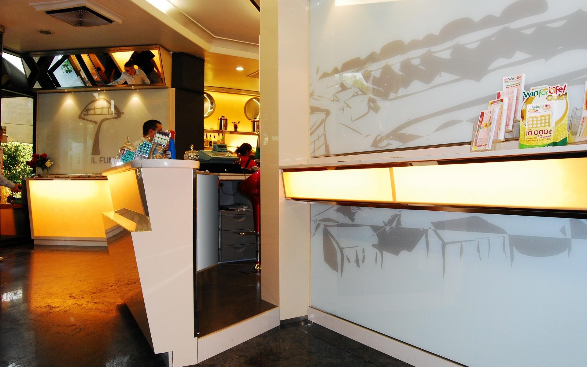 Arredamento tabaccheria e bar ristorante il fungo roma for Arredamento bar tabacchi usato