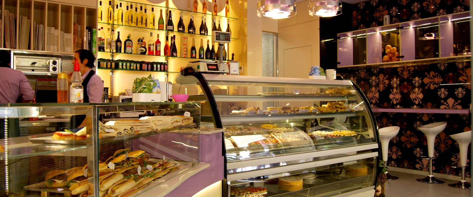 Interno pasticceria con vetrina espositiva Royal Exclusive